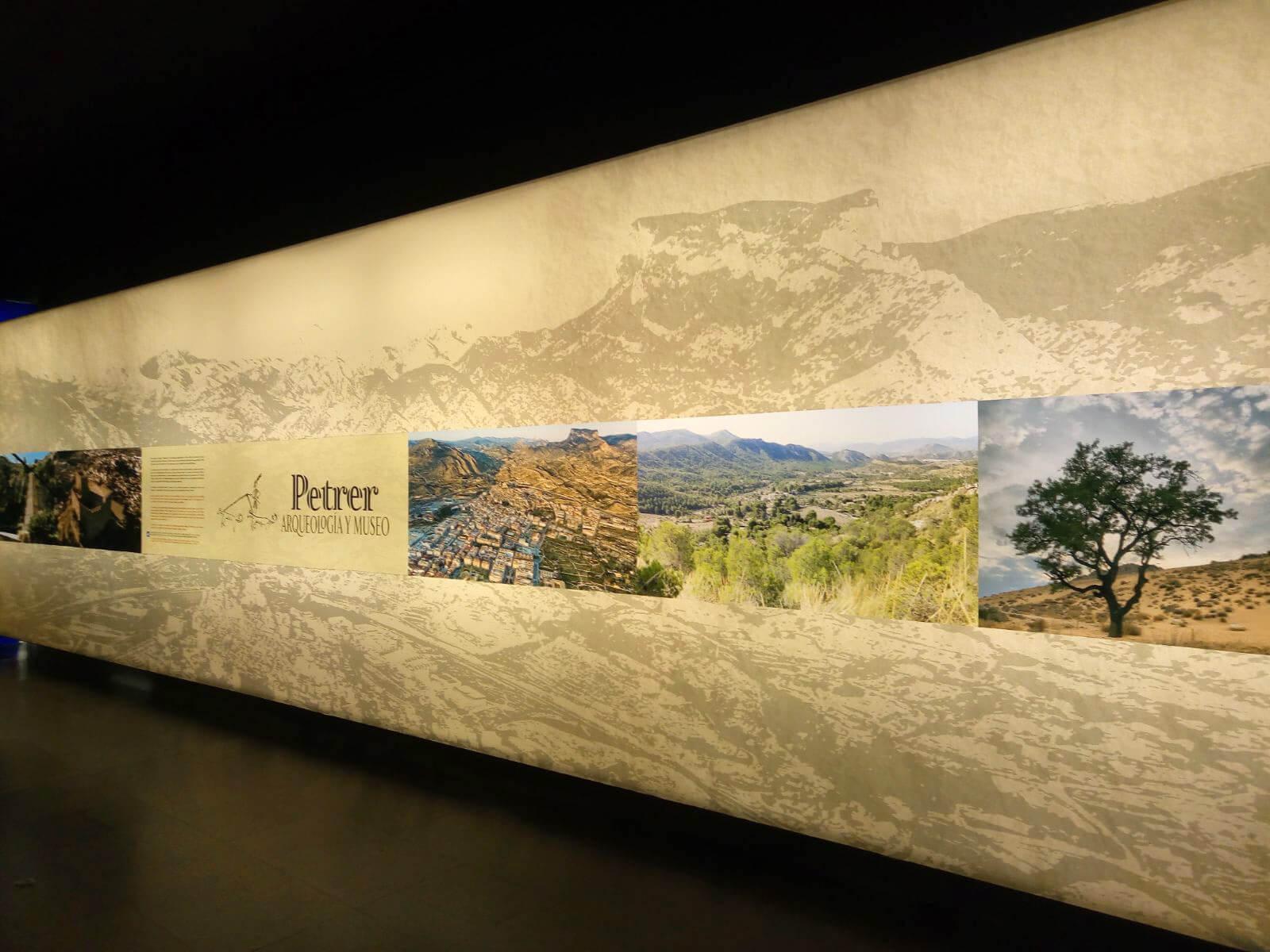 Panel de entrada a la exposición de Petrer en el MARQ