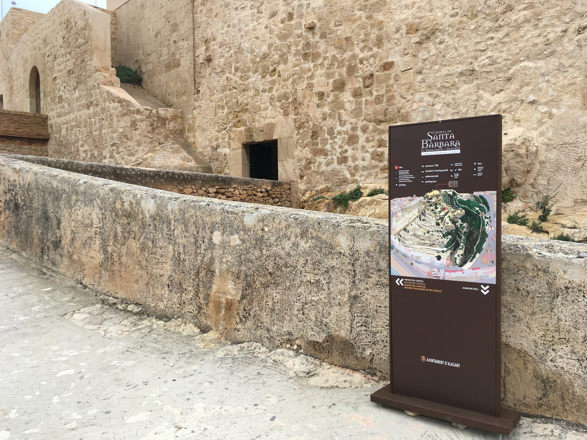 Totem de señaletica en el Castell de Santa Bárbara