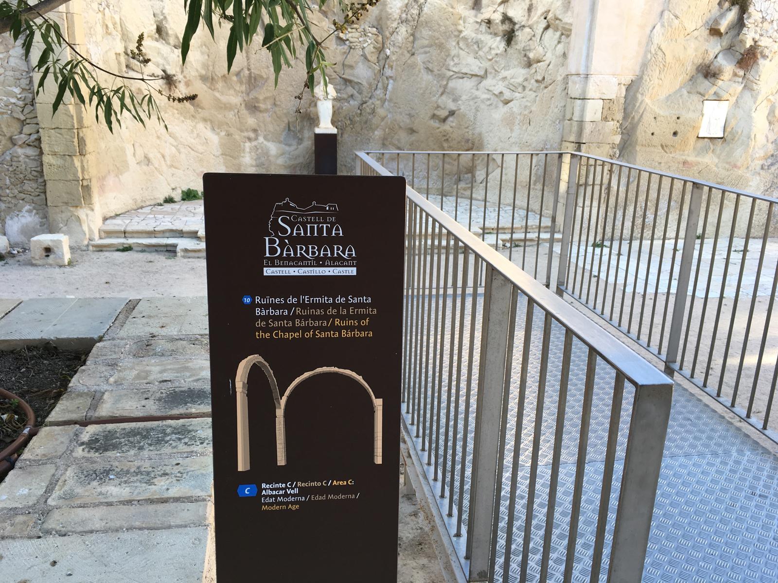 Totem de señalética de hitos en la fortaleza