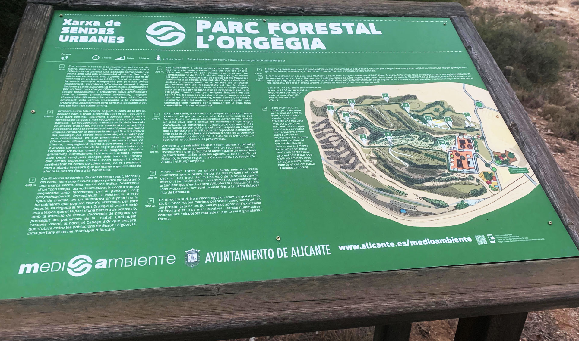 Mesa de señalética en el Parque Forestal de Orgegia